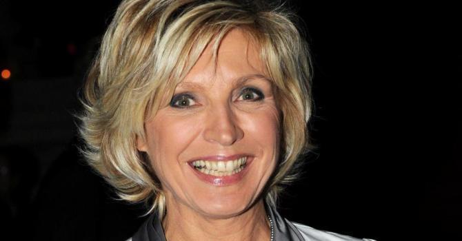 Evelyne Dhéliat toute souriante