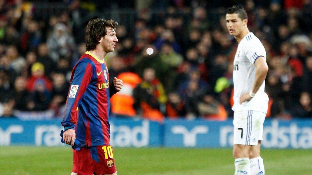 Cristiano Ronaldo observant Lionel Messi